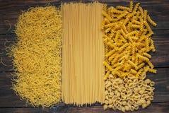 类型和形状意大利人面团品种  干燥面团背景 免版税库存照片