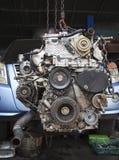 轻型货车维护老柴油引擎在车库服务的 免版税库存图片