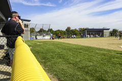 垒球教练看在领域上 免版税库存照片