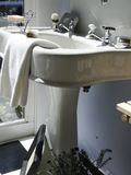 垫座瓷水槽 库存图片