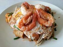 垫泰国-油煎的面条泰国样式用大虾 免版税库存图片
