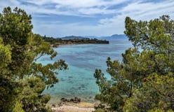 埃伊纳岛海岛海岸-往Kolona海滩和古老埃伊纳岛的看法 库存照片