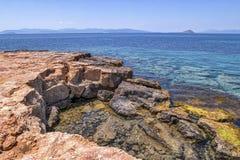 埃伊纳岛海岛的岩石海岸在希腊 免版税图库摄影