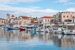 埃伊纳岛镇港口在希腊 免版税库存图片