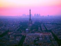 埃佛尔铁塔、拉德芳斯和巴黎,法国屋顶鸟瞰图在华美的日落期间的 库存照片
