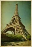 埃佛尔铁塔。在减速火箭的样式的照片。纸纹理。 库存照片