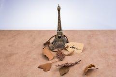 埃佛尔铁塔和烘干在棕色背景的叶子 库存图片