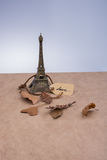 埃佛尔铁塔和烘干在棕色背景的叶子 免版税图库摄影