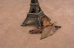 埃佛尔铁塔和烘干在棕色背景的叶子 库存照片