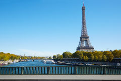 埃佛尔铁塔和空的边路桥梁在巴黎 图库摄影