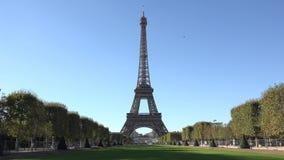 埃佛尔铁塔和绿色胡同,蓝色平静的天空,美好的浪漫法国天 股票视频