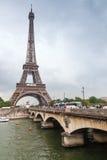 埃佛尔铁塔和老桥梁在塞纳河 免版税库存图片