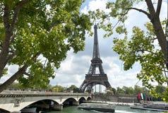 埃佛尔铁塔和耶拿桥梁在一春天多云天,巴黎,法国 图库摄影