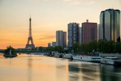 埃佛尔铁塔和巴黎地平线与摩天大楼沿塞纳河 库存照片