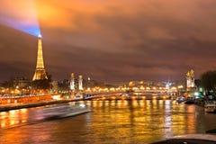 埃佛尔铁塔和Pont Alexandre III在晚上,巴黎。 免版税库存图片
