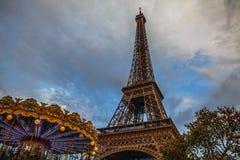 埃佛尔铁塔在反对剧烈的暮色天空的巴黎在晚上夏时 图库摄影