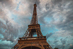 埃佛尔铁塔在反对剧烈的暮色天空的巴黎在晚上夏时 免版税库存照片