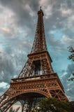埃佛尔铁塔在反对剧烈的暮色天空的巴黎在晚上夏时 库存图片