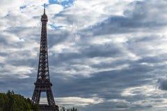 埃佛尔铁塔在反对剧烈的暮色天空的巴黎在晚上夏时 免版税库存图片