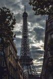 埃佛尔铁塔在反对剧烈的暮色天空的巴黎在晚上夏时 库存照片