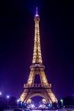 巴黎埃佛尔铁塔在夜之前 紫色光 库存图片