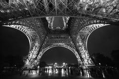 埃佛尔铁塔在夜间 异常的角度 库存照片
