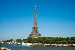 埃佛尔铁塔在明亮的天 免版税库存图片