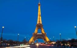 埃佛尔铁塔在晚上在巴黎 有启发性埃佛尔铁塔是最普遍的旅行地方和全球性文化象 库存照片