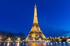 埃佛尔铁塔在晚上在巴黎 有启发性埃佛尔铁塔是最普遍的旅行地方和全球性文化象 库存图片