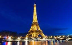 埃佛尔铁塔在晚上在巴黎 有启发性埃佛尔铁塔是Fran的最普遍的旅行地方和全球性文化象 免版税库存图片