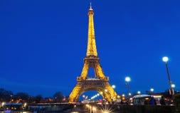 埃佛尔铁塔在晚上在巴黎 有启发性埃佛尔铁塔是Fran的最普遍的旅行地方和全球性文化象 库存照片