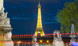 埃佛尔铁塔在晚上,巴黎,法国 从亚历山大观看II 免版税库存图片