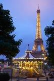 埃佛尔铁塔在巴黎和转盘在晚上 免版税库存照片