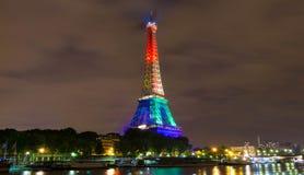 埃佛尔铁塔打开了与彩虹颜色,巴黎,法国 库存图片