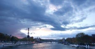 埃佛尔铁塔日落全景与亚历山大的第三个b 库存图片