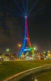 埃佛尔铁塔点燃了与奥林匹克旗子,巴黎,法国的颜色 库存图片