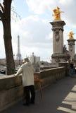 画埃佛尔铁塔的人 库存照片