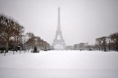 在雪的埃佛尔铁塔 图库摄影