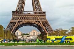 埃佛尔铁塔的特写镜头与一辆touris公共汽车的在巴黎 免版税库存照片