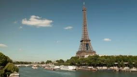 埃佛尔铁塔的4K UHD Timelapse在塞纳河的有小船的 股票录像