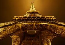 埃佛尔铁塔,金黄光在巴黎在晚上 库存图片