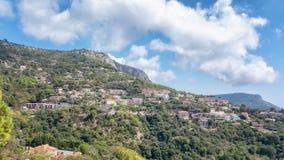 埃兹法国村庄在小山的侧面修造了 免版税库存图片