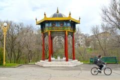 埃利斯塔,俄罗斯 一圆形建筑的树荫处` A阴历`在友谊公园 卡尔梅克共和国 免版税库存图片