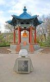 埃利斯塔,俄罗斯 与菩萨释伽牟尼和一个难忘的标志的一个圆形建筑的树荫处 免版税图库摄影
