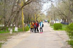 埃利斯塔,俄罗斯 十几岁的女孩在列宁街大道站立  卡尔梅克共和国 免版税库存照片