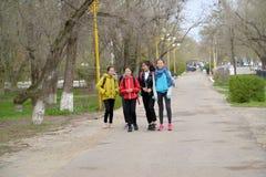 埃利斯塔,俄罗斯 快乐的十几岁的女孩沿列宁街大道去 卡尔梅克共和国 免版税库存照片