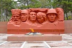 埃利斯塔,俄罗斯 永恒火焰和的英雄和战争巨大爱国战争纪念复合体的雕刻的构成民用  免版税库存图片