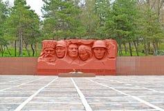 埃利斯塔,俄罗斯 的英雄和巨大爱国W纪念复合体的永恒火焰和雕刻的构成的看法民用  库存图片