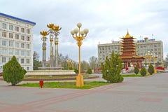 埃利斯塔,俄罗斯 莲喷泉和七天塔在列宁的摆正 卡尔梅克共和国 免版税库存照片
