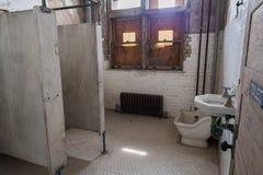 埃利斯岛放弃了精神病院内部房间卫生间 免版税库存图片